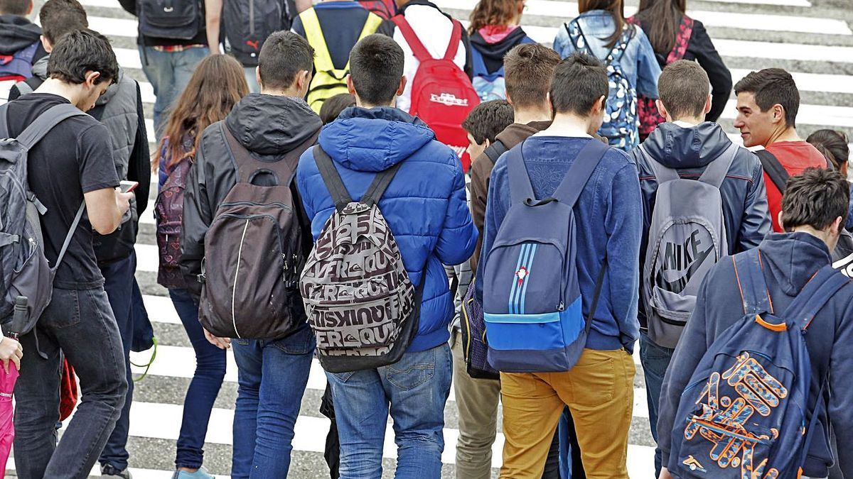 Alumnos a la salida de un instituto gallego. |  // MARTA G. BREA