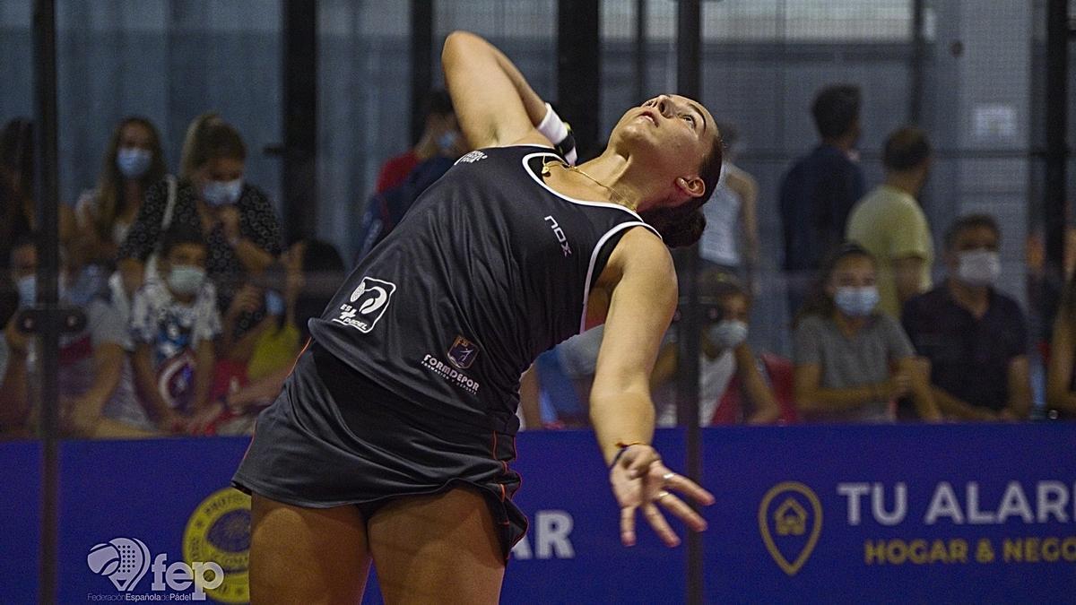 Lorena Rufo se dispone a realizar un remate durante un partido.