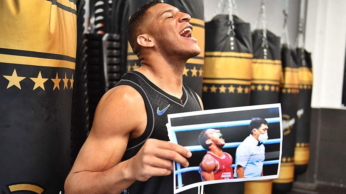 Enmanuel Reyes reproduce el gesto con el que celebró su clasificación para los Juegos Olímpicos de Tokio. |  // VÍCTOR ECHAVE