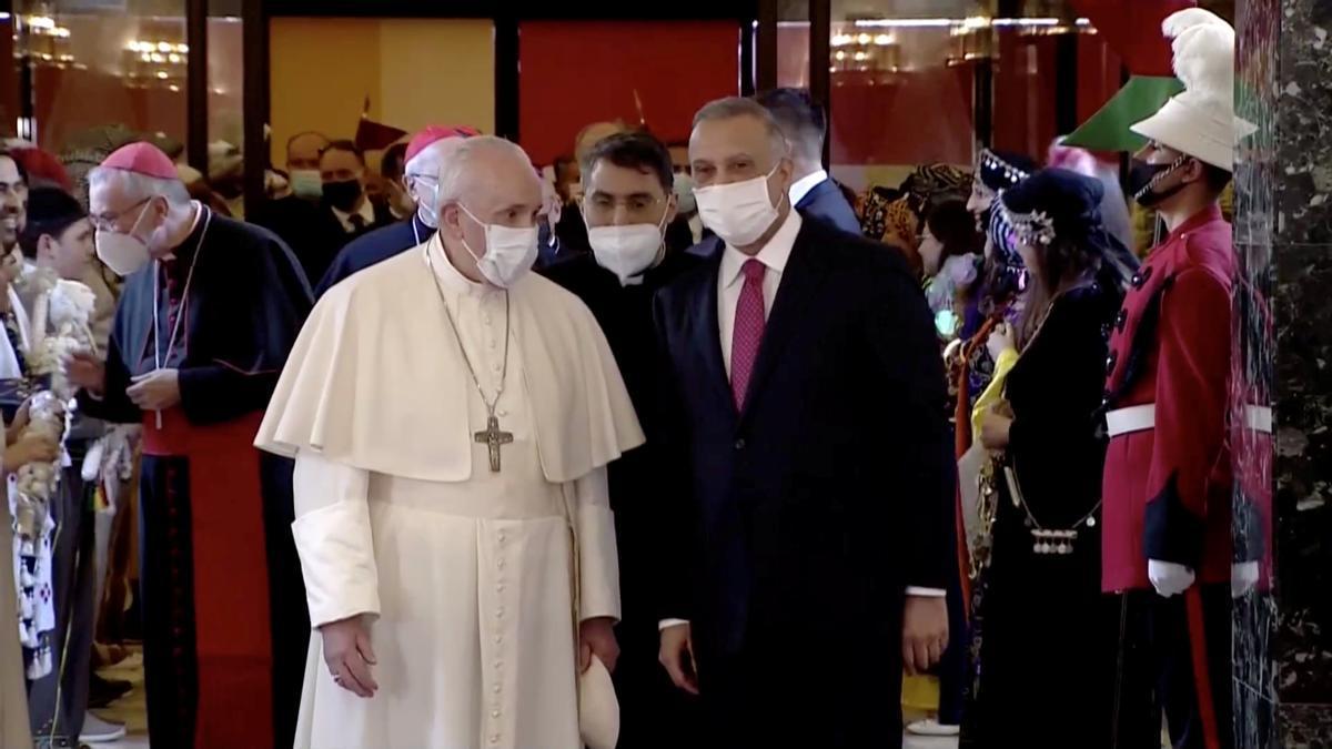 Imagen del Papa a su llegada a Irak.