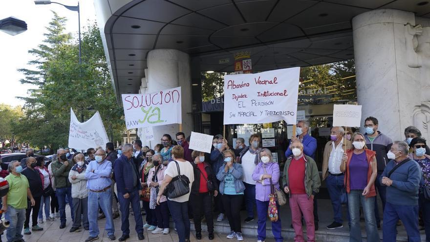 """""""Secretaria dimisión"""": Más de un centenar de vecinos de El Perdigón protestan frente a la Junta"""