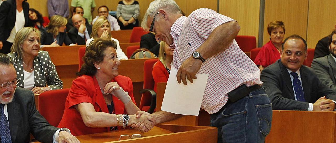 Ribó saluda  Barberá tras  recoger su acta de concejal.   m.m.