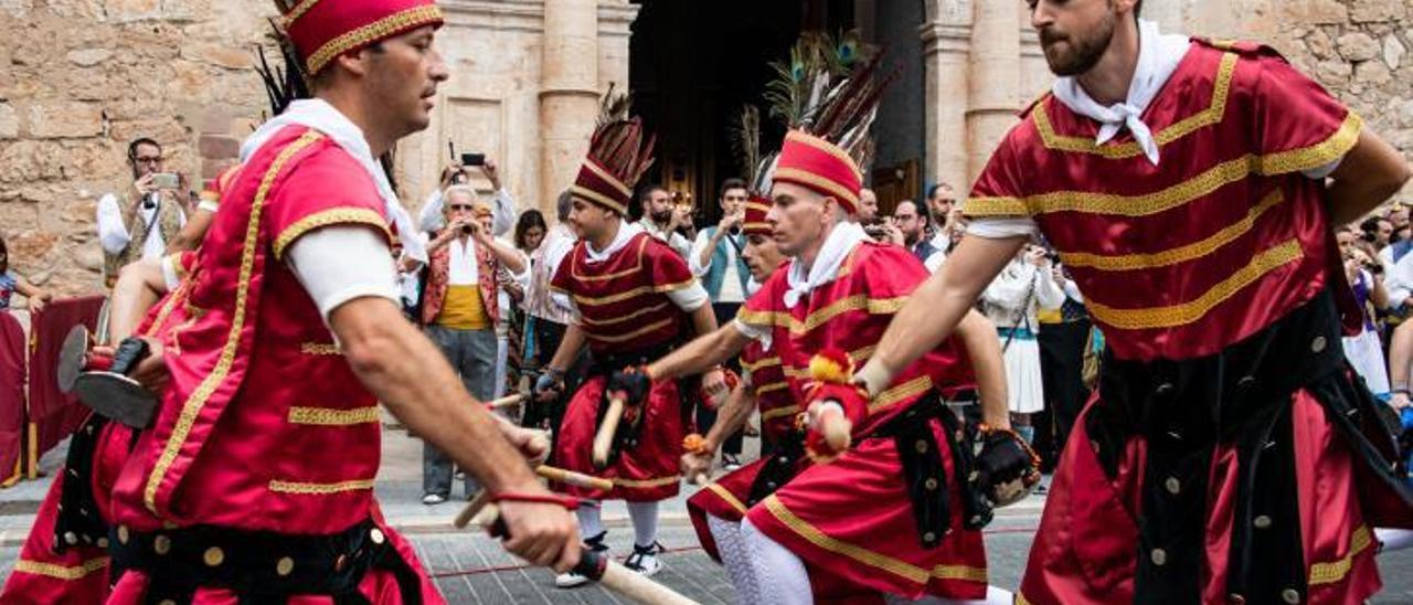 La Dansa dels Bastonets durante la sublime Processoneta del Matí de Algemesí.   VICENT M. PASTOR