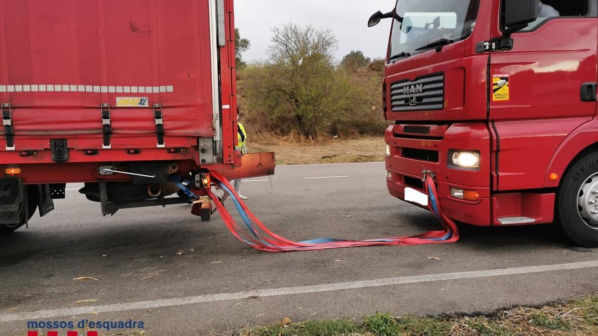 El camió amb la tractora enganxada i que remolacava fins a Celrà