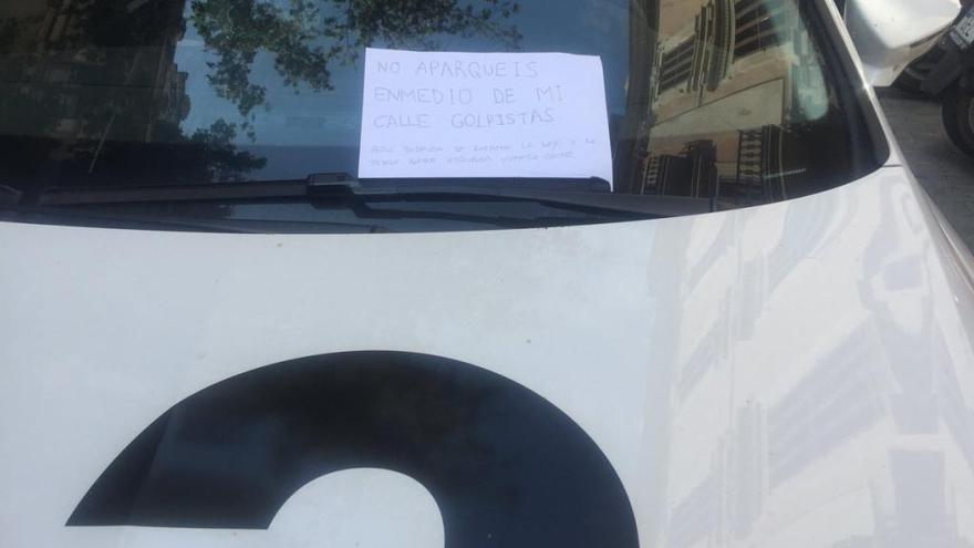 Dejan un letrero intimidatorio en el coche de TV3 en Palma