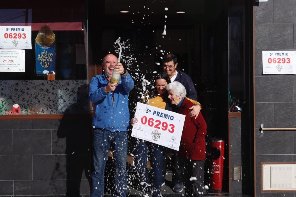 Celebración en Málaga por el número 6.293, agraciado con un quinto premio del Sorteo Extraordinario de Lotería de Navidad.