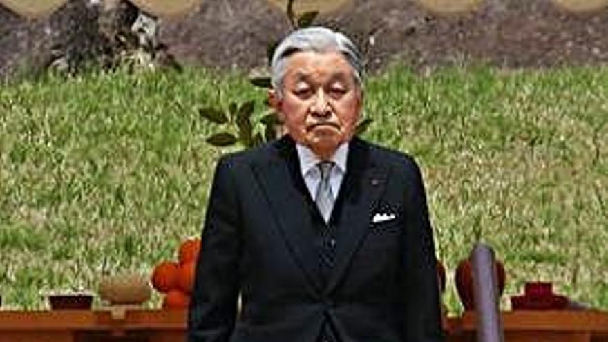 El emperador Akihito visita la tumba de su padre
