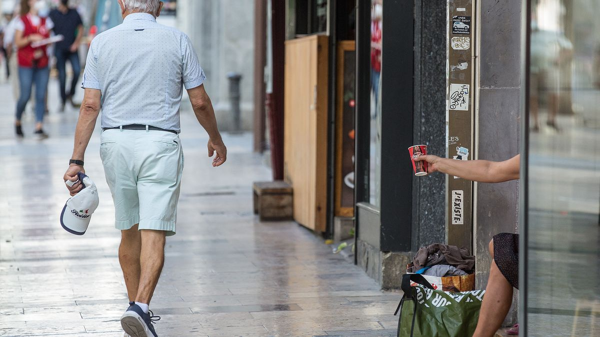 Una persona pide dinero en la Rambla en una imagen reciente