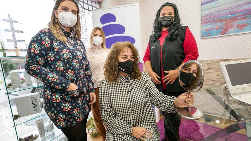 """""""Cámbiame"""": así es la transformación de una vecina alicaída a la que peluquerías, centros de estética y tiendas de moda regalan un cambio radical"""