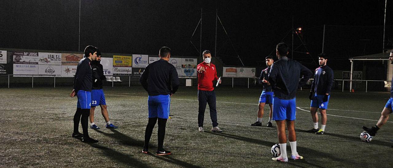 Óscar García da instrucciones a sus jugadores en un entrenamiento de esta semana.    // GONZALO NÚÑEZ