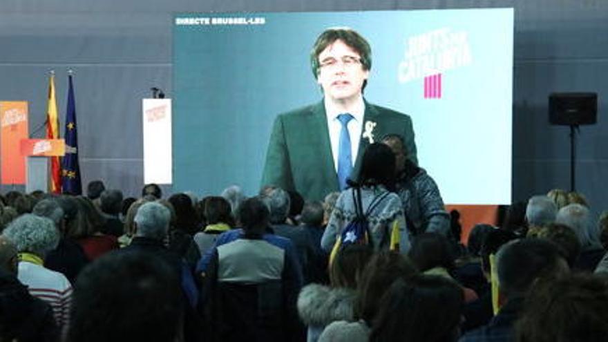 Puigdemont retreu a Sáenz de Santamaría que consideri la independència una idea «criminal»