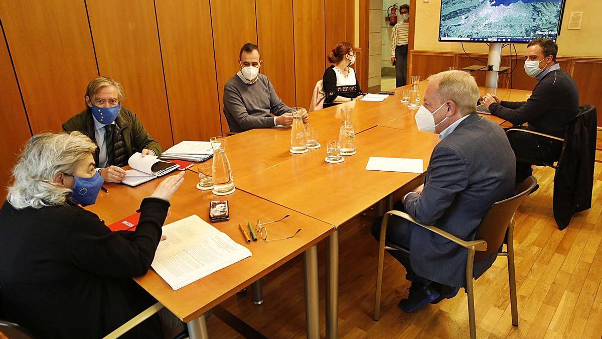 Ana González, en la reunión que mantuvo ayer con, de izquierda a derecha, Alberto López-Asenjo (concejal del PP y consejero de Gijón al Norte), Rubén Pérez Carcedo (edil de Ciudadanos y consejero de Gijón al Norte), Loli Patón (concejala de Urbanismo), Olmo Ron (concejal de Obras Públicas) y Aurelio Martín (edil de IU y consejero de Gijón al Norte), durante la reunión.