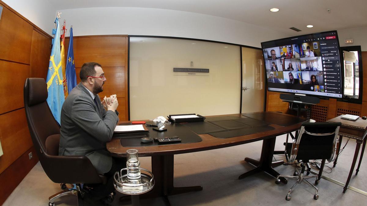 El presidente del Principado, Adrián Barbón, durante la reunión telemática del Consejo de Gobierno