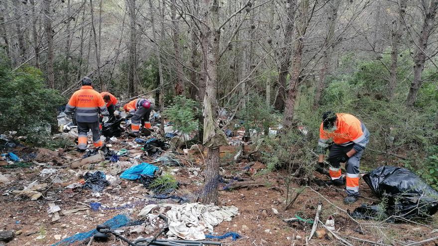 """La """"pasividad"""" de Conselleria lleva a Peñíscola a limpiar el vertedero incontrolado en la Serra d'Irta"""