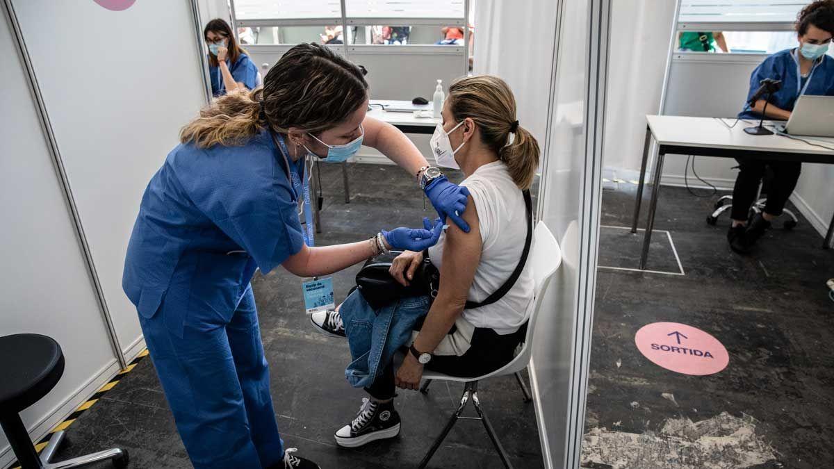 Una mujer se vacuna contra el covid en Fira de Barcelona.