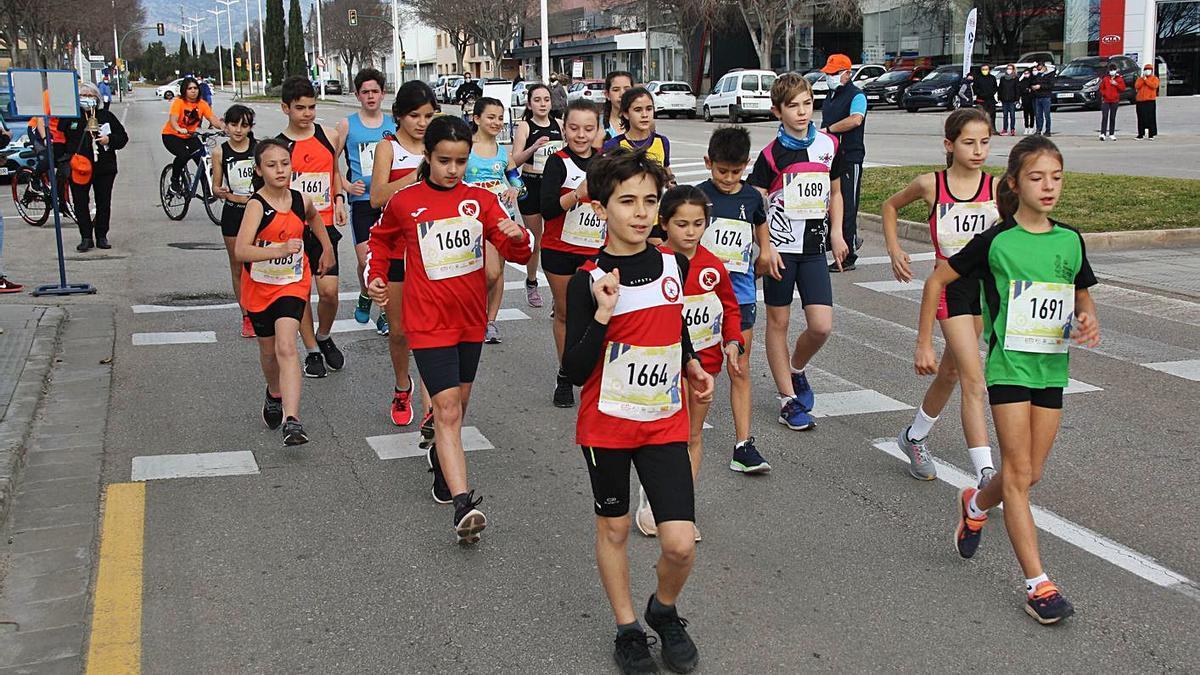 Los participantes en el Campeonato de Balears sub-12 de marcha en plena competición.