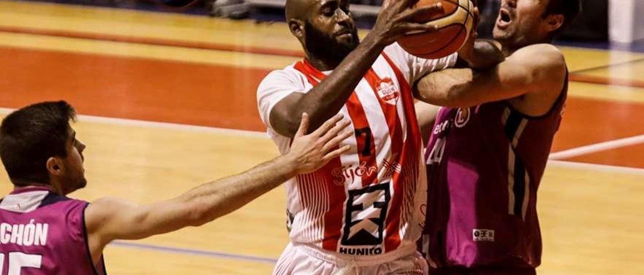 Malik Wineglass lucha por ganar la posición en el encuentro ante el Agustinos.