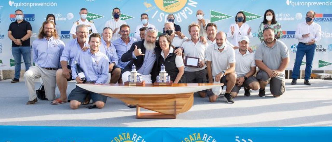 Foto de familia con los vencedores de la competición. |  // FDV