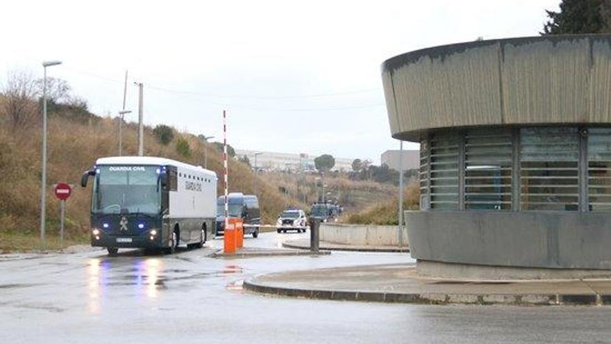 Els presos independistes viatgen en un bus de la Guàrdia Civil cap a Madrid.