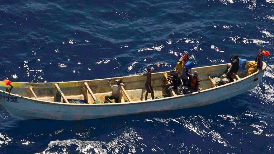 Muere un migrante y otros cuatro están graves en un cayuco llegado a El Hierro