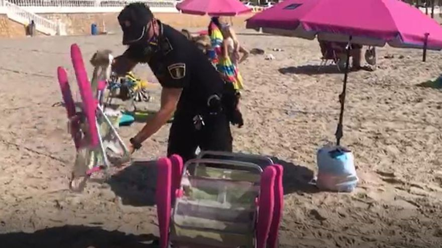 Las restricciones acaban con las sombrillas «abandonadas» en primera línea de playa en Benidorm