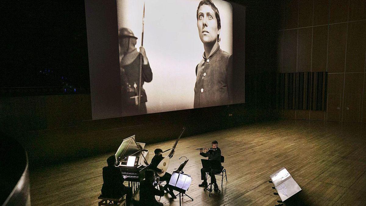 """""""Forma Antiqva"""", tocando durante la proyección de """"La pasión de Juana de Arco"""" en el Auditorio."""