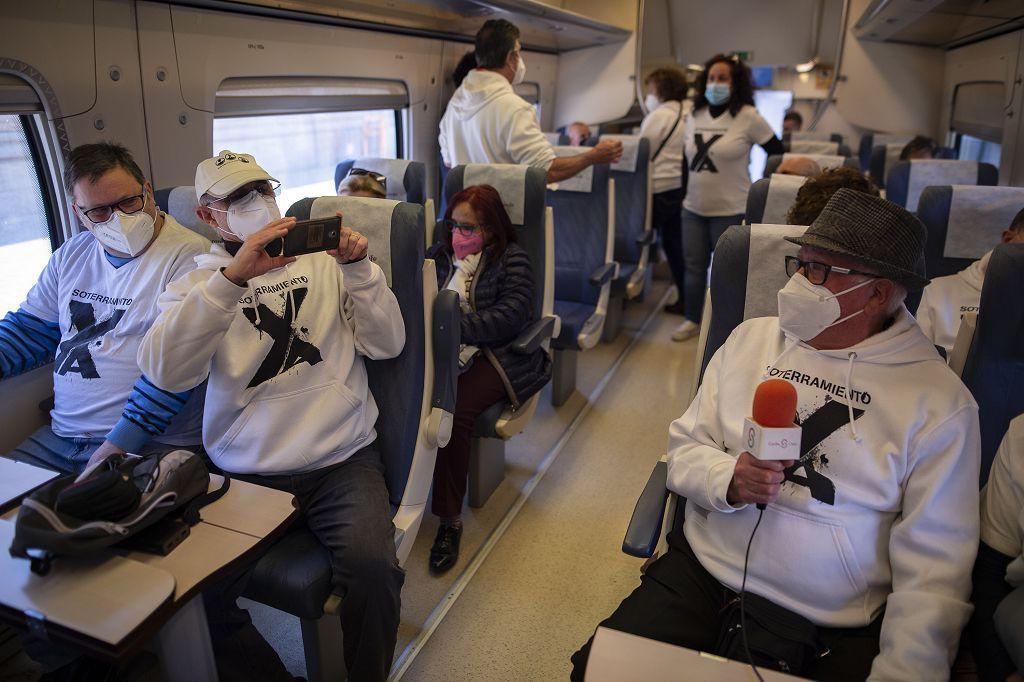 Los vecinos de las vías, celebran su primer viaje en el nuevo tren soterrado