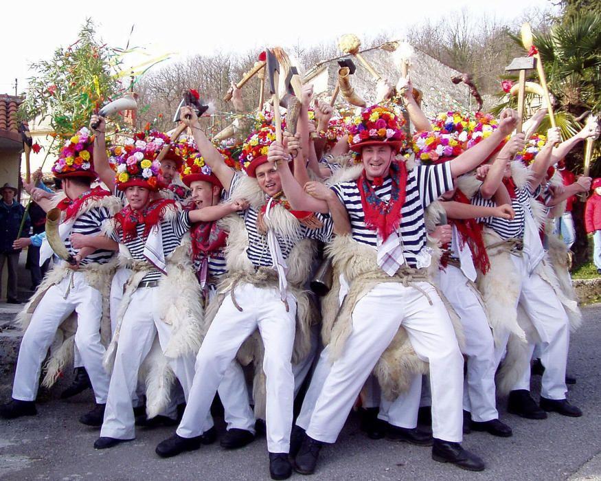 Croacia - Marcha de los campanilleros de la region de Kastav en el carnaval anual.