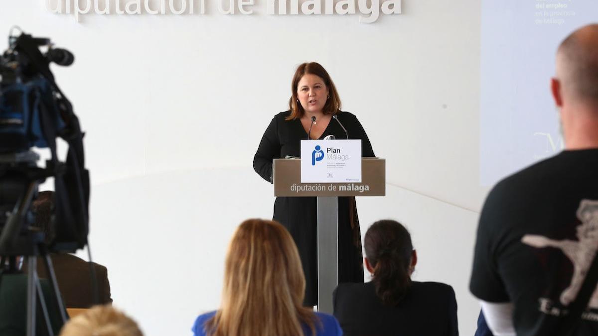 Natacha Rivas, detallando las partidas del Plan Málaga, este viernes en la Diputación.