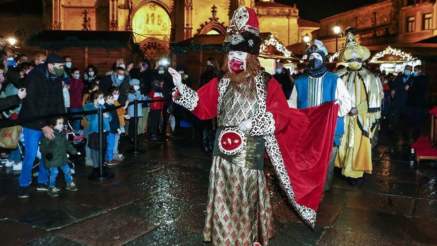 Los Reyes, sin cabalgata, adoraron al Niño en la plaza de la Catedral antes del reparto los regalos