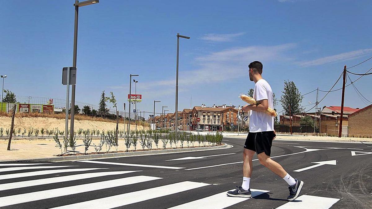 Un joven cruza un paso de peatones en la avenida de Málaga, a la altura del acceso a La Toba.