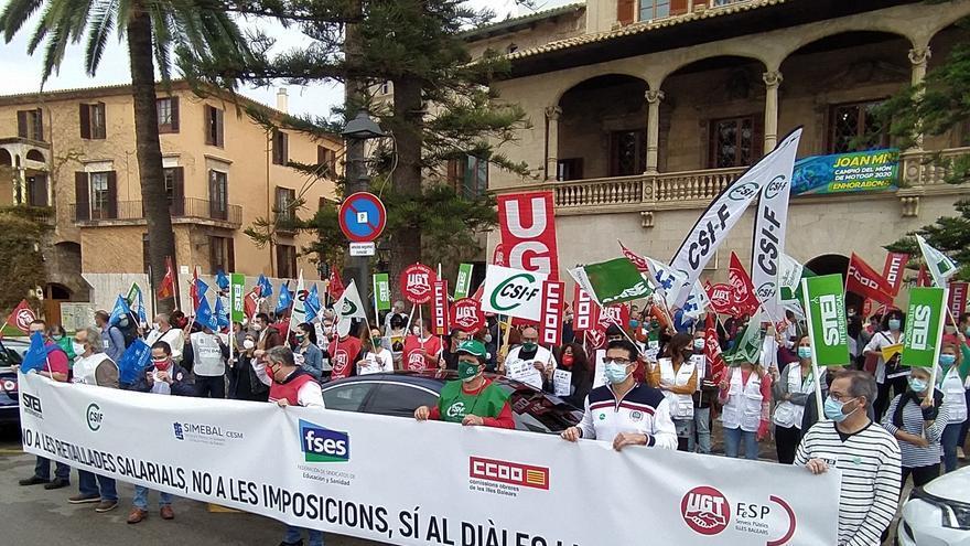 Ocho sindicatos protestan en el Consolat para frenar los recortes salariales a funcionarios