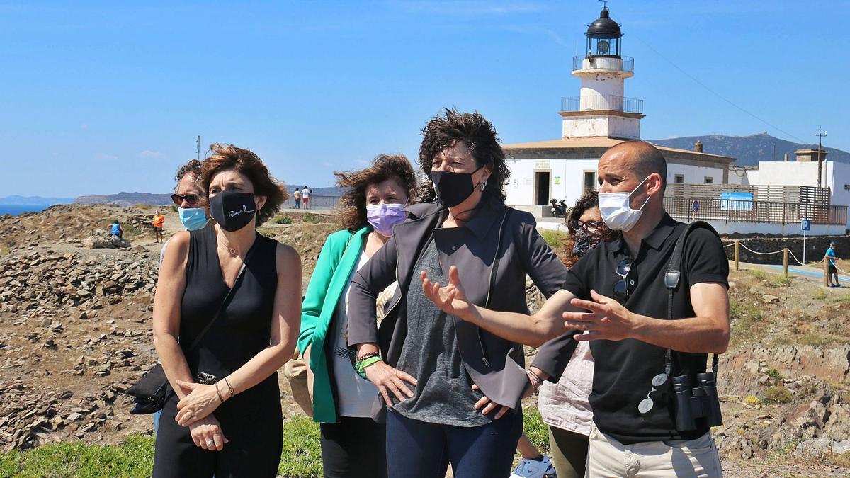 La consellera Teresa Jordà i el direc- tor del Parc del Cap de Creus, Ponç  Feliu, amb altres autoritats.  ACN | ACN