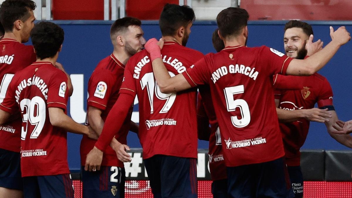 Jugadores del Osasuna celebran el triunfo ante el Cádiz.