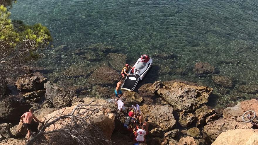 Evacuado en moto acuática un ciclista que cayó al mar desde una altura de ocho metros en una cala de Ibiza