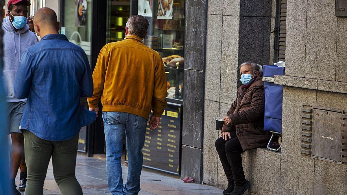 Una mujer pidiendo dinero en Alicante.