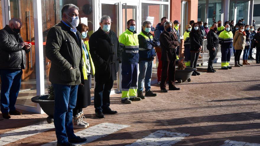 Un centenar de personas en la concentración por la víctima del crimen de Porzomillos