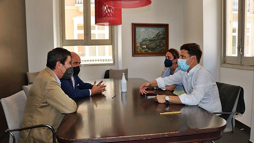 Óscar Medina firma la permuta de terrenos para dotar a Torrox de un tanatorio