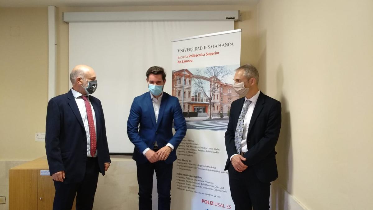 El rector de la Universidad de Salamanca, Ricardo Rivero, a la derecha, en su visita al Campus Viriato.