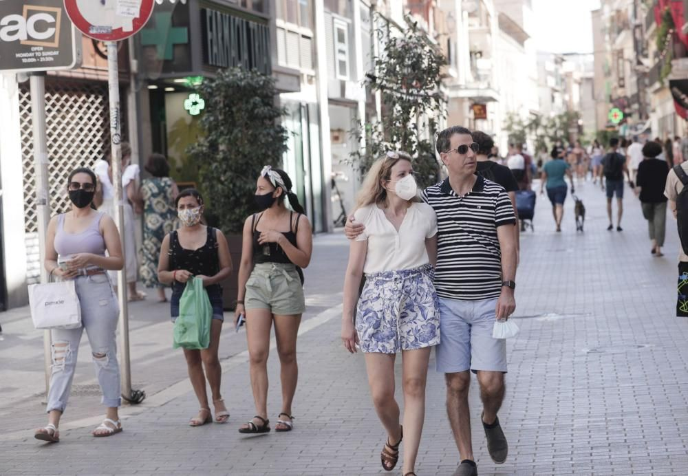 Wie die Menschen in Palma de Mallorca am Samstag (26.6.) mit der neuen Maskenfreiheit umgingen.