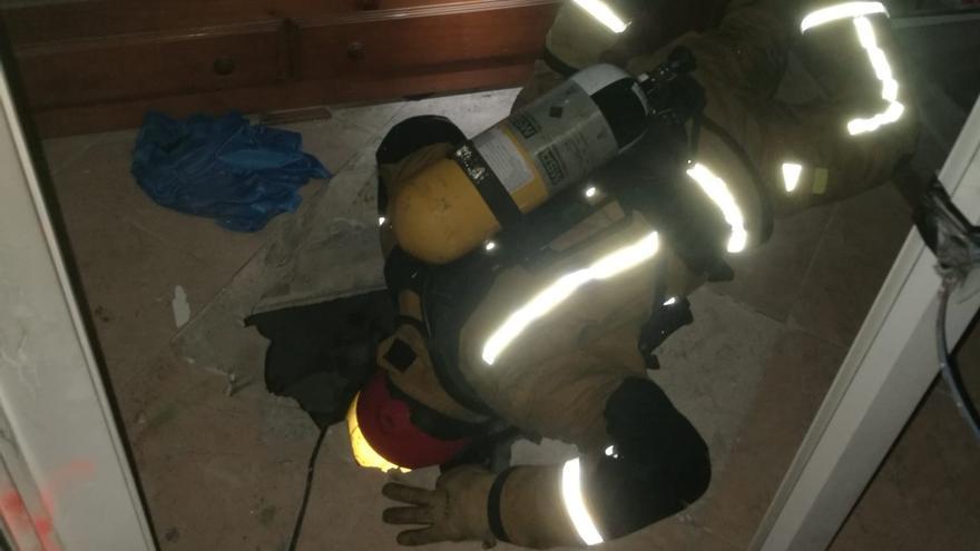 Los bomberos sofocan un incendio en una vivienda ocupada por un británico con síndrome de Diógenes