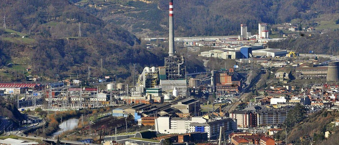 La central térmica de Lada, con el casco urbano de Langreo en primer término y Riaño al fondo.