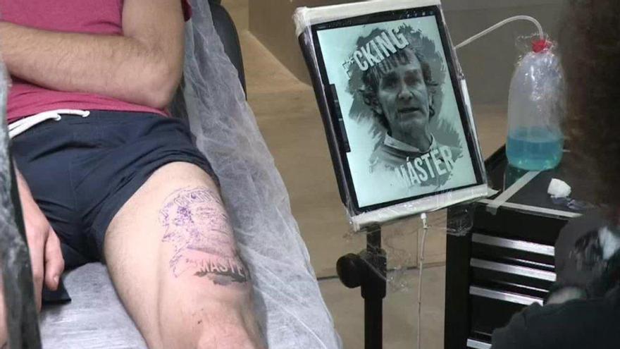 Se tatúa en la pierna a Fernando Simón