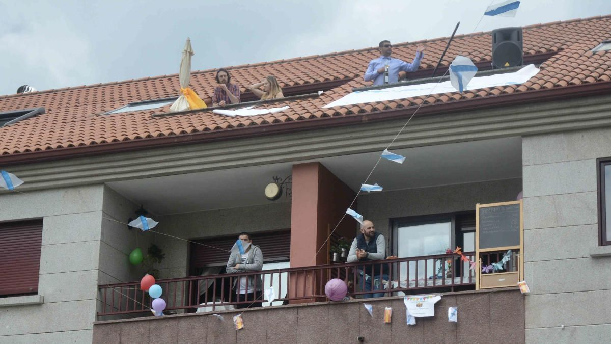 Los vecinos celebraron la fiesta desde sus balcones y terrazas. // R.V.