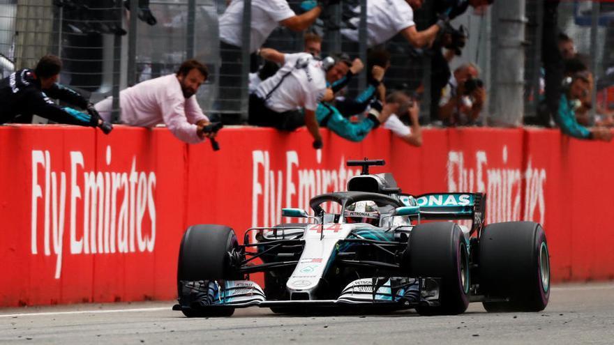 Hamilton triomfa sota la pluja de Hockenheim i assalta el liderat del Mundial