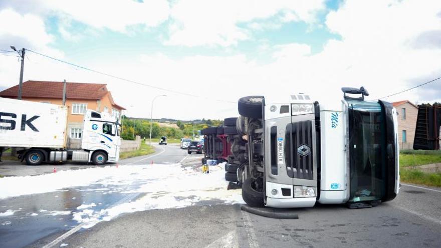 Cortada toda la tarde la carretera de Pontevedra tras el vuelco de un camión