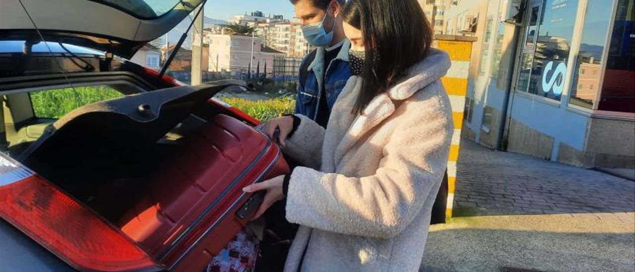 Un usuario recoge a dos viajeros, el sábado, cerca de la Plaza de España de Vigo