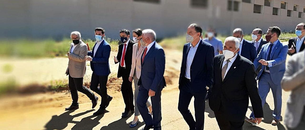 La comitiva de la Ministra de Industria en la visita del lunes a Latem Aluminium.