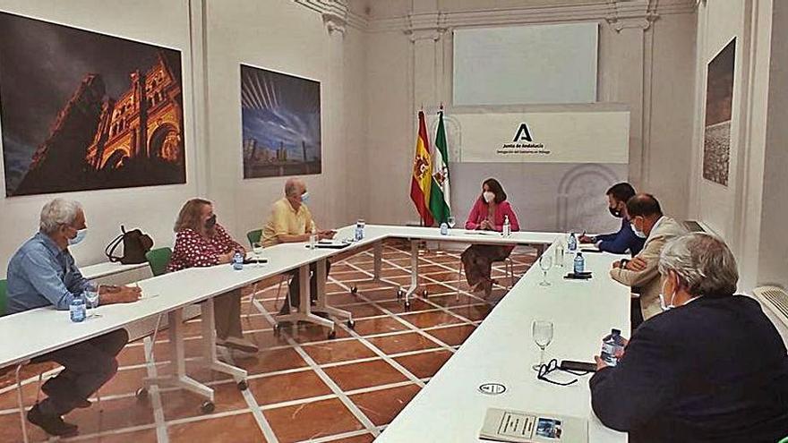 Reunión de la comisión vecinal con la delegada de la Junta de Andalucía, Patricia Navarra el pasado mes de mayo.