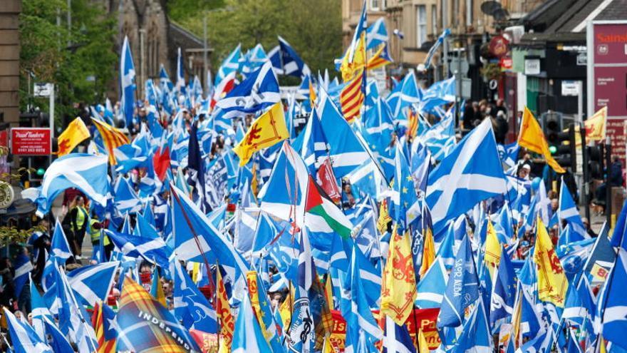 Desenes de milers de persones es manifesten a Glasglow per demanar un segon referèndum escocès